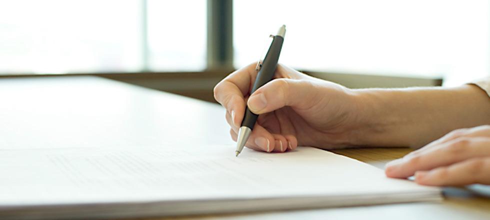 Schließlich kann der Arbeitgeber auch noch eine sog. Änderungskündigung aussprechen. Da es aber rechtlich nicht möglich ist, einzelne Klauseln eines Arbeitsvertrags zu kündigen, muss er den gesamten Arbeitsvertrag kündigen.
